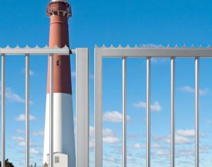 LAKQU2_SHKL_PKWB2000__Silver_gate_in_front_of_lighthouse__1920px