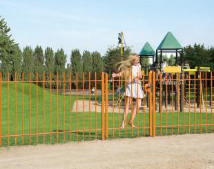 LAKZJ2_SMKL_3006WSI_SWING40__Girl_on_orange_fence_by_playground__1920px