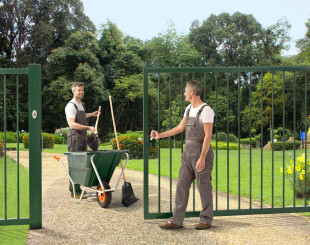 LSKZU2_SSKZ_KEYSAFE_PKWB2000__Gardeners_with_wheelbarrow_green_sliding_gate_parc__1920px