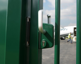 LSKZU2_SSKZ__Airplane_behind_green_sliding_gate_closeup__1920px
