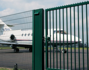 LSKZU2_SSKZ__Airplane_behind_green_sliding_gate_opening__1920px